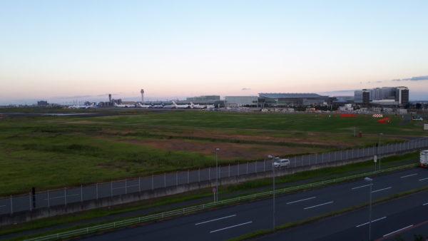 羽田イノベーションシティの足湯スポットから見える羽田空港第3(国際線)ターミナルと羽田エアポートガーデンを撮った写真