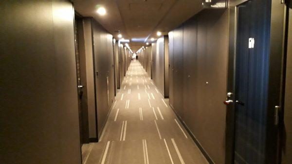 ロイヤルパークホテル羽田8階プレミアムフロアの客室前通路の様子を撮影した写真