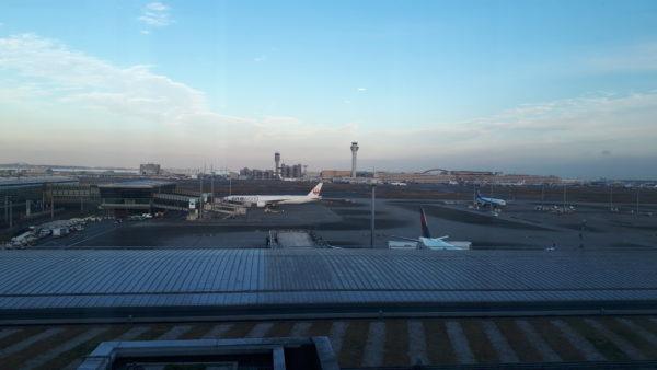 ロイヤルパークホテル羽田の客室から見える空港内の飛行機を撮影した写真