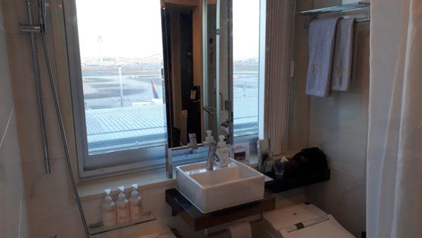 ロイヤルパークホテル羽田プレミアムフロア客室のユニットバスの様子を撮影した写真