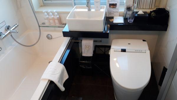 ロイヤルパークホテル羽田のプレミアムフロア客室内ユニットバスの様子を撮影した写真