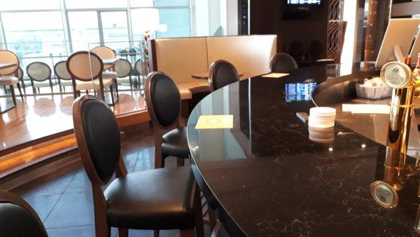 ロイヤルパークホテル羽田テイルウインドのバーカウンターを撮った写真
