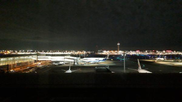 ロイヤルパーク羽田8階のプレミアムフロア客室(空港側)から見える夜景を撮影した写真