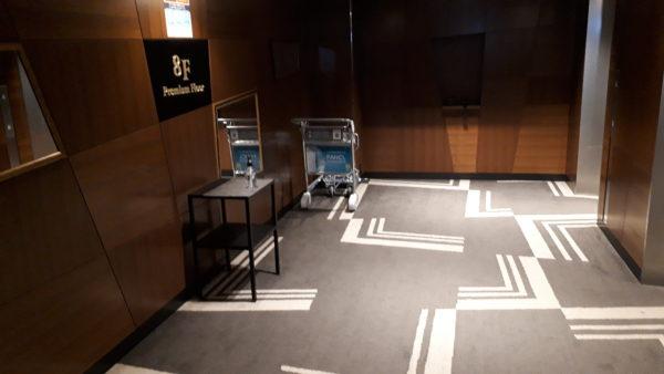 ロイヤルパーク羽田8階プレミアムフロアエレベーター前通路の様子を撮影した写真