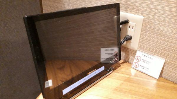 広島空港カードラウンジもみじのプライベート座席にあるモニター写真