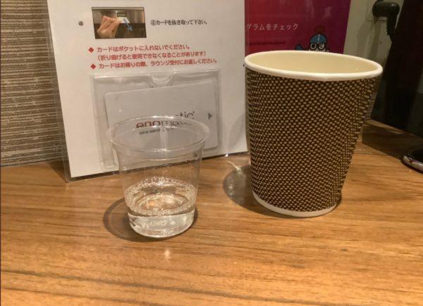 広島空港カードラウンジ【もみじ】の日本酒の試飲様子を撮った写真
