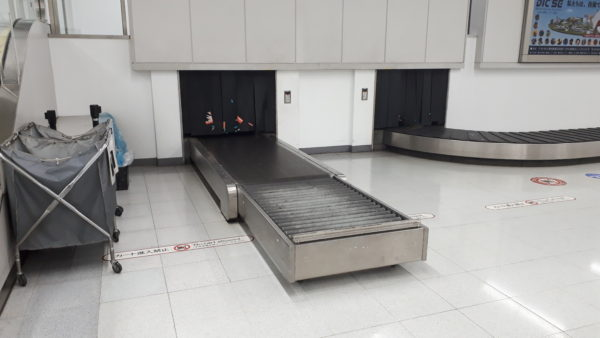 空港にある長尺の写真