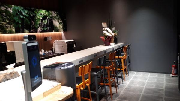 羽田空港にある足湯カフェ&ボディケアラックカウンターバーの写真