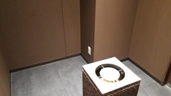 小松空港【スカイラウンジ白山】の喫煙室内の写真